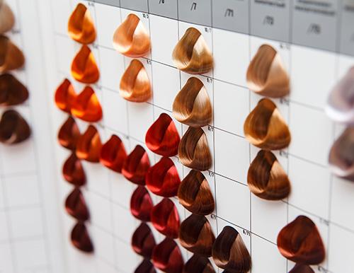 Das Foto zeigt viele Extensions Farben an einer Frisörähnlichen Farbpalette