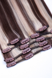 Dieses Bild zeigt die 7-teilige GlamXtensions Clip In Extensions Haarverlängerung mit 16 Clips in der Farbe #4/613 - Schokobraun - Helllichtblond in Großansicht